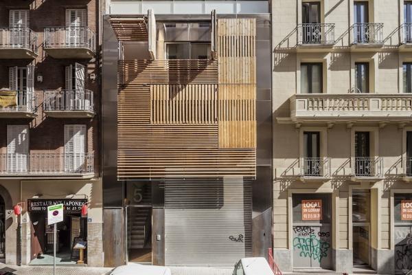 Schermatura di un edificio residenziale a Barcellona - Progetto: Mateo Arquitectura © Adrià Goula