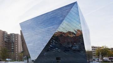 L'arte contemporanea in un prisma irregolare