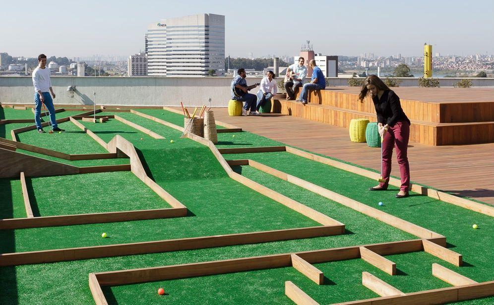 Il campo da minigolf sulla terrazza dell 39 ufficio for Ufficio architetto design