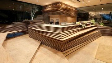 Kengo Kuma disegna un 'paesaggio' di legno che nasconde gli arredi