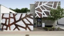 """Una facciata grafica per """"la casa delle giraffe"""""""