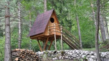 Un villaggio sugli alberi realizzato con tegole Onduvilla