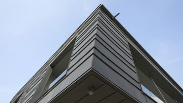 Rivestimento in zinco titanio per i volumi aggettanti di un'abitazione