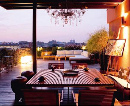 Illuminazione di un terrazzo: faretti nelle fioriere, cubi luminosi e lanterne (Foto Archivio Marsiglilab)