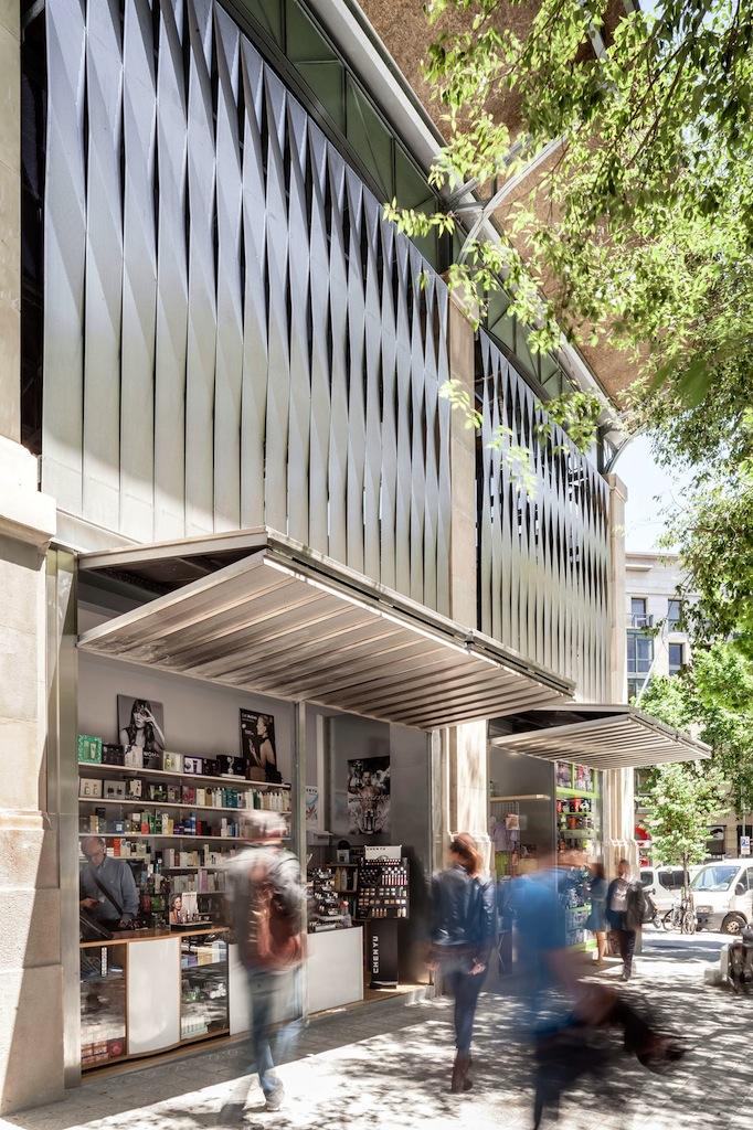 I prospetti laterali integrano una serie di bancarelle esterne © Adrià Goula