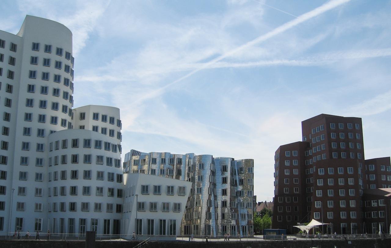 Premier 9_FIG 1_Superficie metallica nel contesto (Neue Zollhof, Düsseldorf, Germania, 1999, Frank Gehry)