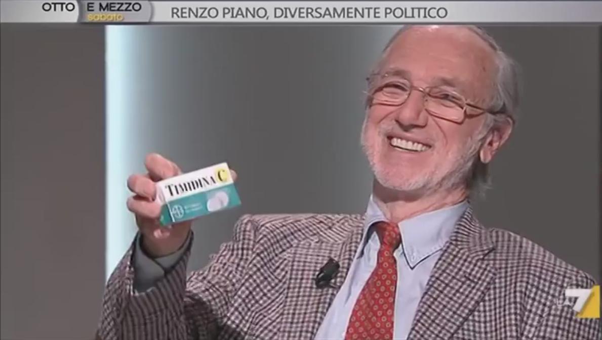 Renzo Piano mostra 'La Timidina' durante la trasmissione Otto e Mezzo (screenshot da YouTube)