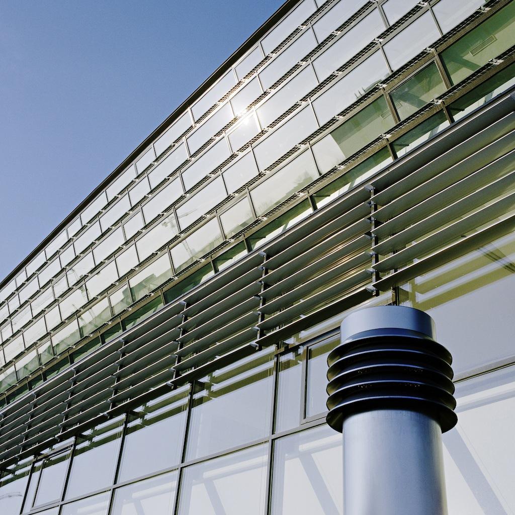 Esempio di involucro attivo con integrazione di pannelli fotovoltaici e solari termici. Vienna, ENERGY base, Passive house office building, POS ARCHITEKTEN ZT KG, 2008