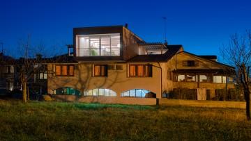 Ampliamenti edilizi: una casa in legno sulla terrazza dell'hotel
