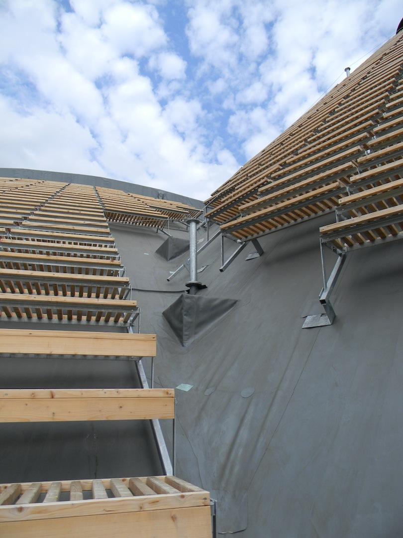 Padiglione Zero: dettaglio del sistema di rivestimento in legno e metallo. (© Edoardo Bit)