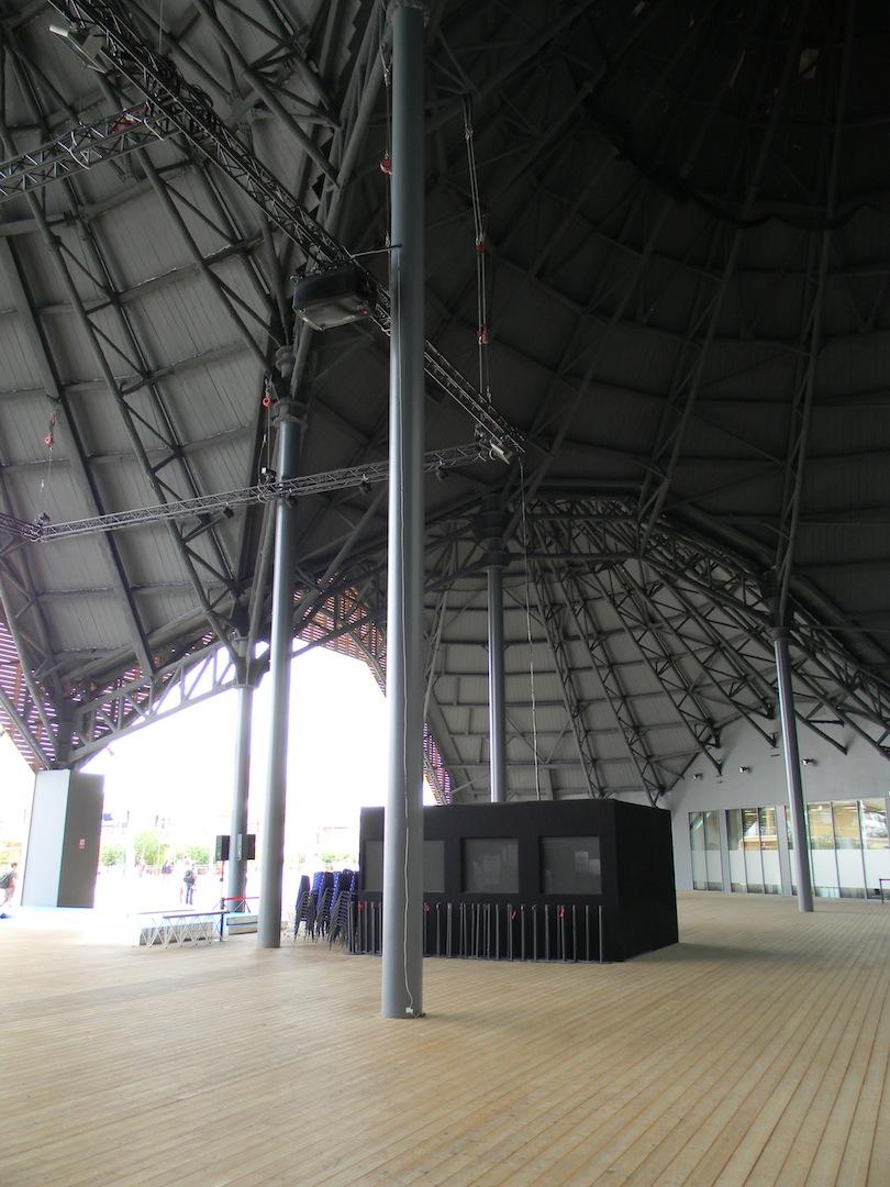 Michele De Lucchi Srl, Expo Centre: la piazza coperta al di sotto di uno degli elementi tronco-conici. (© Edoardo Bit)