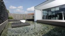Recinzioni metalliche: le soluzioni Betafence per una casa riflessa nell'acqua