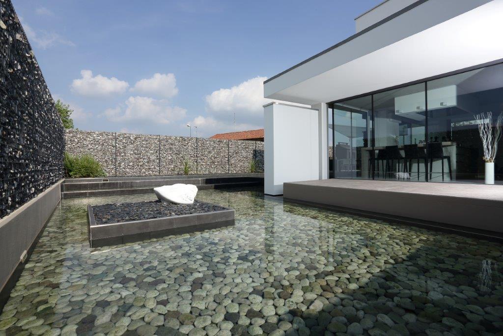 Recinzioni metalliche le soluzioni betafence per una casa riflessa nell acqua - Recinzioni per piscine ...