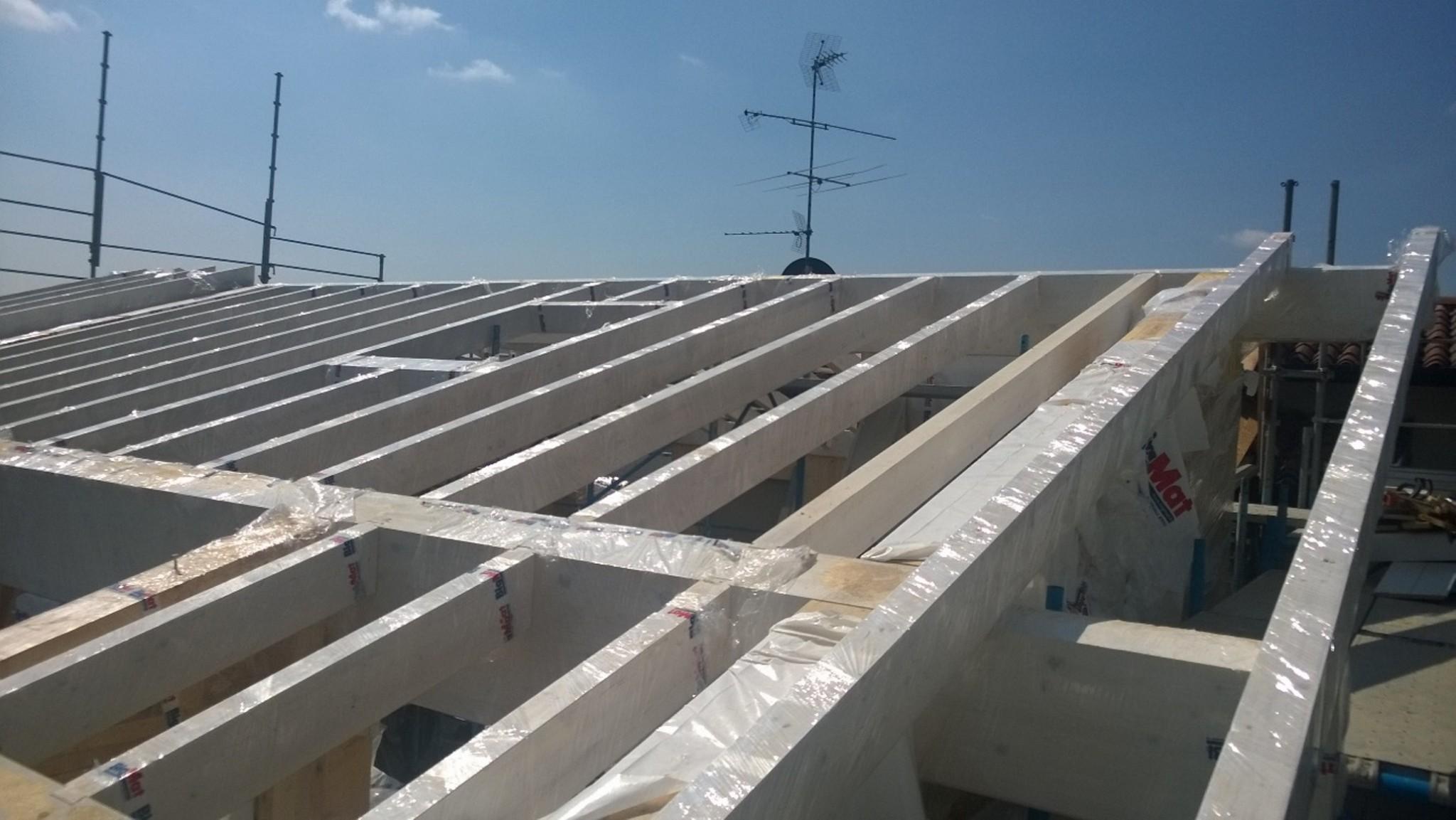 La sopraelevazione in legno di tetto e pareti per ampliare uno