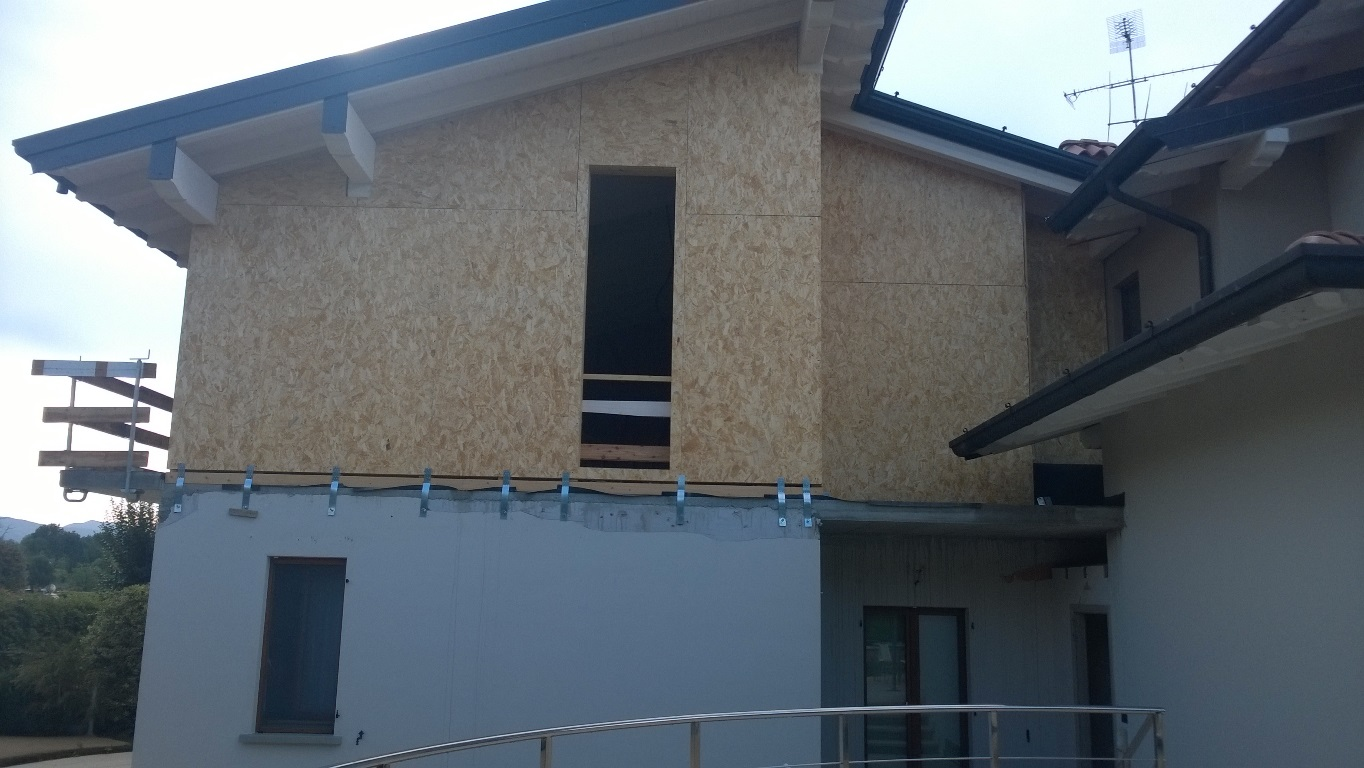 La sopraelevazione in legno di tetto e pareti per ampliare uno spazio abitativo - Ampliare casa con struttura in legno ...