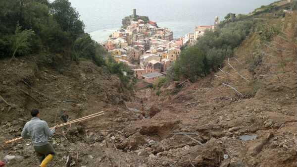 Frana a Vernazza – Cinque Terre (http://www.informazionesostenibile.info/tag/dissesto-idrogeologico/).
