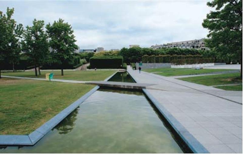 Canali d'acqua nel Parc Citroën a Parigi (Foto Marco di Branco)
