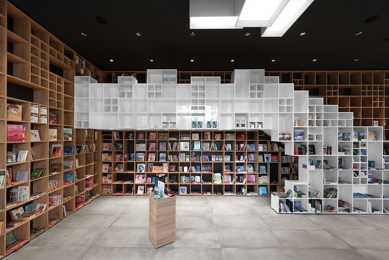 Gli scaffali in legno sono l'elemento centrale del Book Center di Trieste, foto Ziga Lovsin