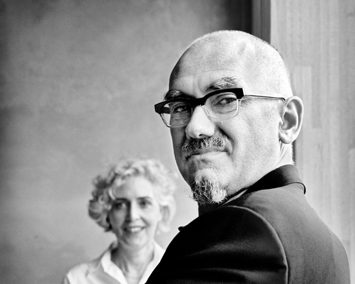 Un ritratto di Peter Wilson con, sullo sfondo, Julia Bolles (foto: Thomas Rabsch)