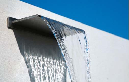 Giochi d'acqua: un ornamento acquatico in acciaio crea una piccola ...
