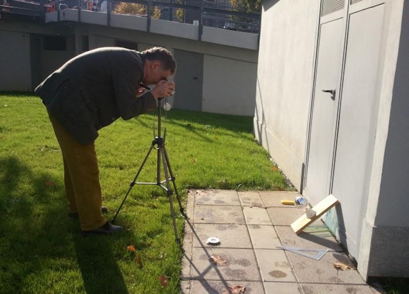 Fotografia dell'oggetto da valutare (in questo caso, un piano contenente la sfera riflettente a simulare il posizionamento sopra un pannello solare inclinato)