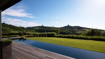 Costruire una piscina in giardino: gli elementi essenziali