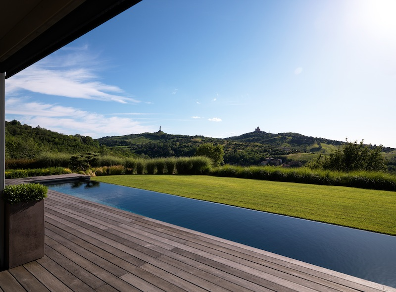 Costruire una piscina in giardino gli elementi essenziali for Piscina fondo nero