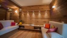 Parquet sulle pareti per un moderno appartamento