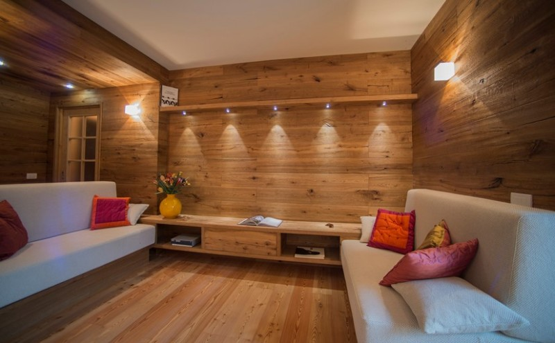 Parquet sulle pareti per un moderno appartamento - Rivestimento parete interna ...