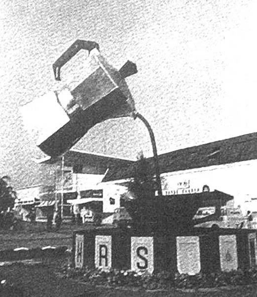 Lo stand Bialetti alla Fiera di Milano, con la gigantesca caffettiera che lasciava tutti col naso all'insù