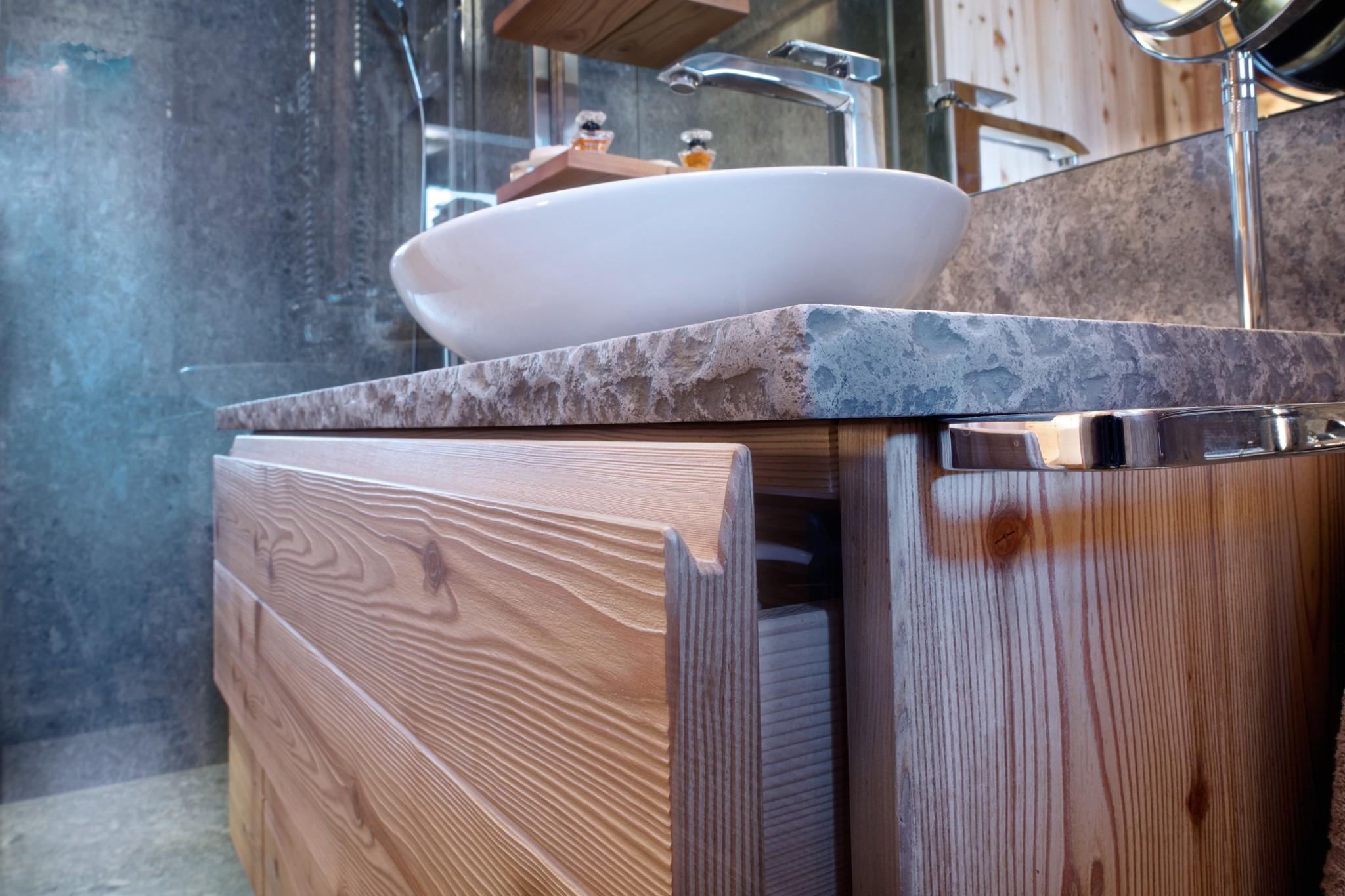 Il legno massello protagonista assoluto di una ristrutturazione sulle dolomiti - Bagno legno e pietra ...