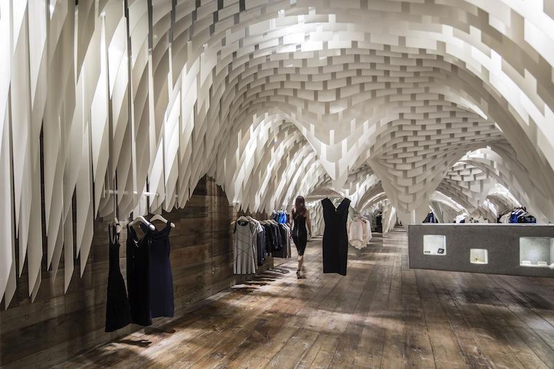Oltre Il Soffitto Di Vetro : Un soffitto in fibra di vetro per il fashion store snd dello studio