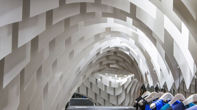 Un soffitto in fibra di vetro per il fashion store snd dello studio