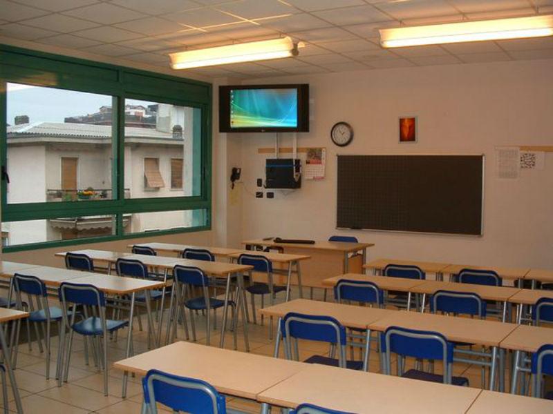 Arredi scolastici le norme uni su sedie banchi cattedre for Arredi scolastici prezzi