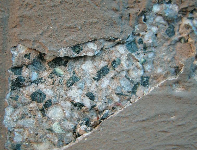 Manufatto in pietra artificiale con distacco della finitura in pittura plastica (Foto E. Bellucci)