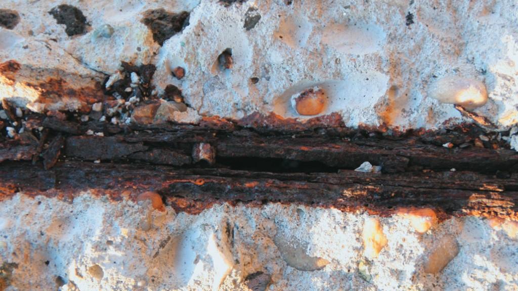 Dettaglio del degrado di un parapetto in calcestruzzo di cemento armato (Foto E. Bellucci)