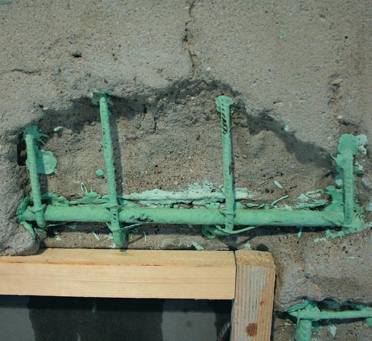 Ferri d'armatura in struttura di calcestruzzo armato trattati con vernice passivante (Foto Kerakoll)