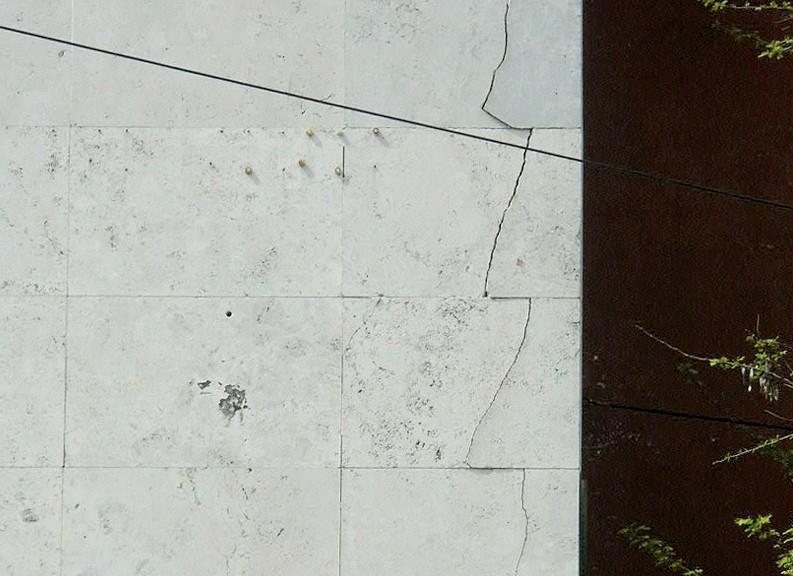 Particolare di un rivestimento lapideo con frattura delle lastre (Foto Dir. Reg. Beni e Attività Culturali Lazio)