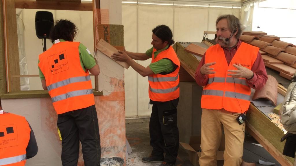 Il Geometra Francesco Sulli coordina gli artigiani CasaClima nella posa delle rete di armatura e finitura a intonaco