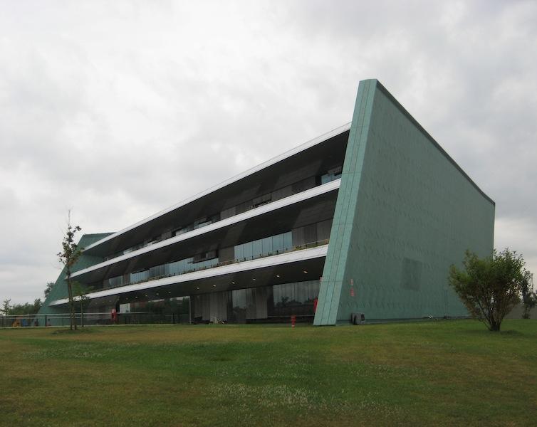 Premier 19_FIG 1_Superficie in alluminio preverniciato, Banca dell'occhio-Ospedale di Mestre, Emilio Ambasz, 2007 (Foto © A. Premier)