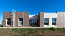 La facciata rivestita in grès porcellanato della nuova Scuola di Massalengo