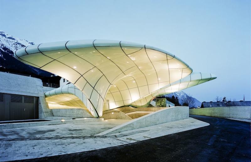 Le stazioni della funicolare di Innsbruck appaiono come nuvole di vetro © Lukas Schaller