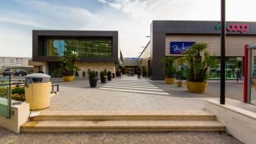 Rivestimenti esterni: pannelli laminati in HPL Trespa®Meteon® per il Centro Commerciale Cavour di Pomezia