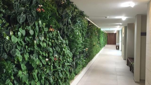 Un giardino verticale da 27 metri per la spa di un hotel ...