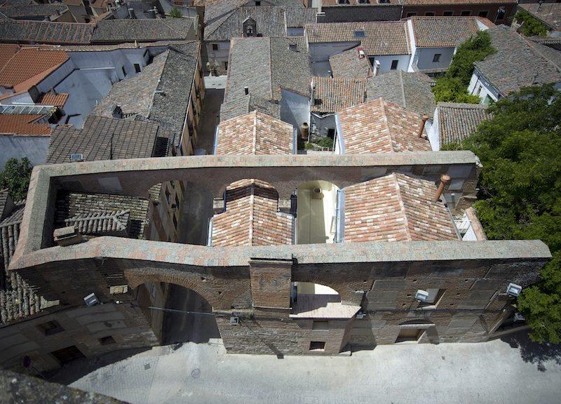 Un'antica cinta muraria sovrasta due abitazioni interamente ristrutturate  © Luis Asin