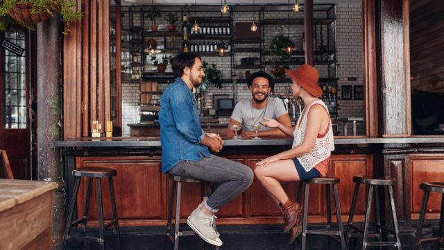 Come si progettano i bar, dal bancone alle vetrine per i cibi