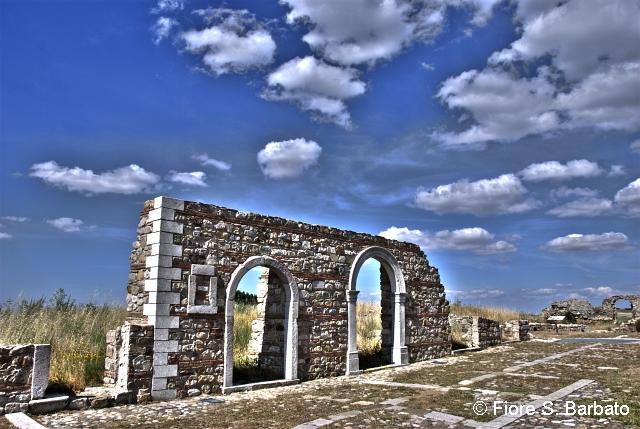 Aquilonia fu distrutta dal terremoto del luglio 1930. Il paese nuovo è stato ricostruito a qualche km di distanza. Oggi si sta restaurando, dopo quasi un secolo di abbandono, quel che resta del vecchio abitato. (Fonte Foto: Flickr Fiore S. Barbato - https://www.flickr.com/photos/fiore_barbato)