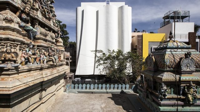 Una clinica della salute in India sorge accanto ad un antico tempio
