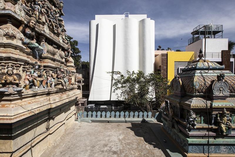 La clinica KMYF dislocata in prossimità di un antico tempio indiano © Sergio Ghetti & Cadence