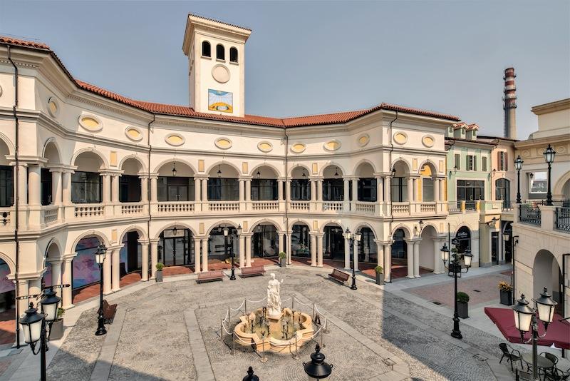 Corte principale di Creativo Design Space, con i richiami all'architettura italica tradizionale © Cotefa.ingegneri&architetti